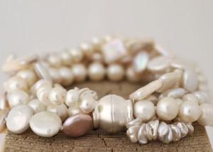 Sabine-Hasselbach-Armband-Magnetschließe-Magnet-Perlen-Sueßwasser-weiß-5reihig-mehrreihig-Silber