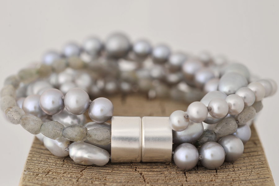 Sabine-Hasselbach-Armband-Perlen-grau-Magnet-Magnetschloß-Silber-5reihig-mehrreihig