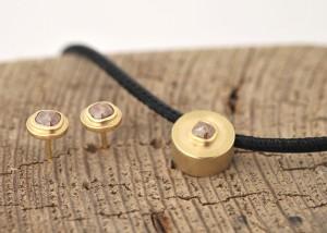 Sabine-Hasselbach-Kette-Anhaenger-Diamant-Diamantrose-Gold-Lederband-Ohrstecker- Ohrringe-Diamanten-braun