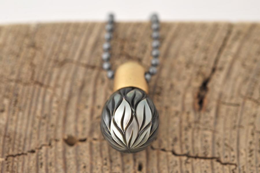 Sabine-Hasselbach-Kette-Anhaenger-Tahitiperle-grau-Muster-Gold-Kugelkette-Silber-geschwaerzt