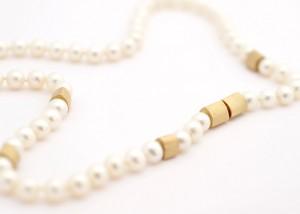 Sabine-Hasselbach-Kette-Perlen-Sueßwasserperlen-weiß-Gold-Bajonett