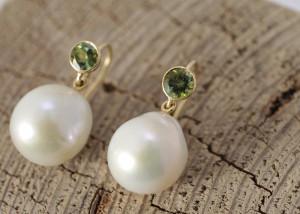 Sabine-Hasselbach-Ohrringe-Perlen-Sueßwasserperlen-weiß-Gold-Turmalin-gruen-Ohrhaenger-auswechselbar