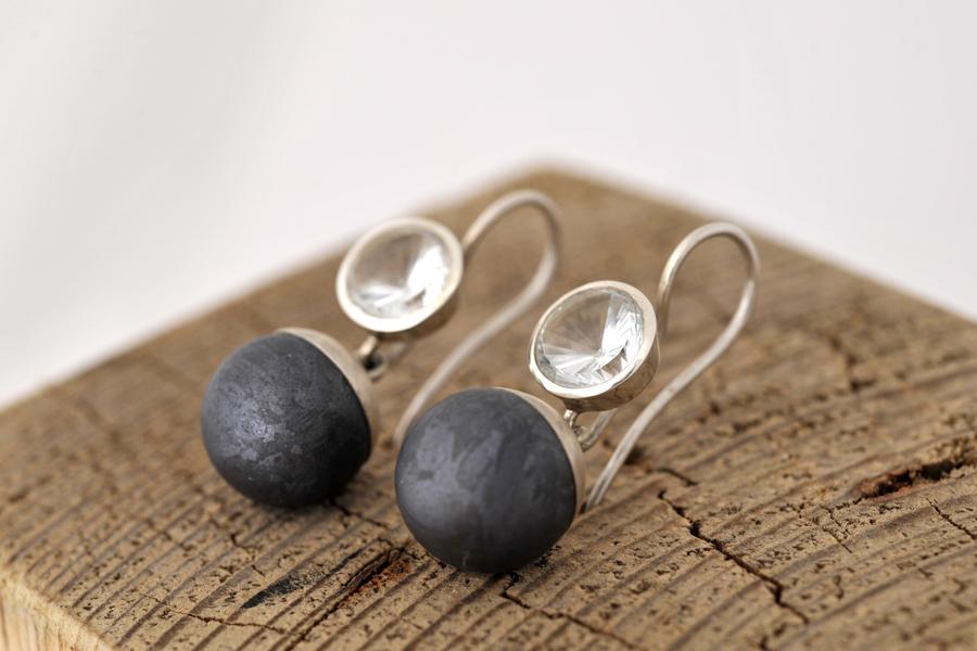 Sabine-Hasselbach-Ohrringe-Silber-Siliciumkugel-grau-Bergkristall-weiß-Ohrhaenger-auswechselbar