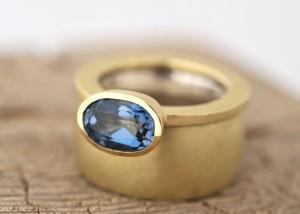 Sabine-Hasselbach-Ring-Beisteckring-Gold-Topas-blau-Steinoval-breit