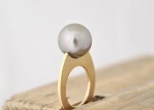 Sabine-Hasselbach-Ring-Gold-Tahitiperle-grau-Perle-schmal