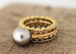 Sabine-Hasselbach-Ring-Gold-schmal-Tahitiperle-grau-Perle-Brillanten-farbig-braun-Weißgold-Kugelring-Vorsteckring-Beisteckring